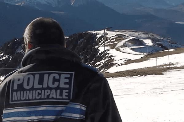 Les agents de la police municipale surveillent les skieurs.