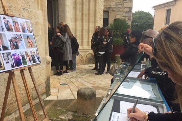 Des registres avec les photos des victimes, tous membres d'une même famille ont été installés à l'entrée de l'église.