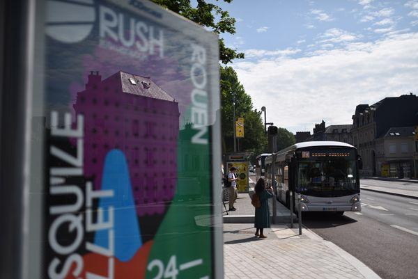 Le T4 devant la place Cauchoise à Rouen