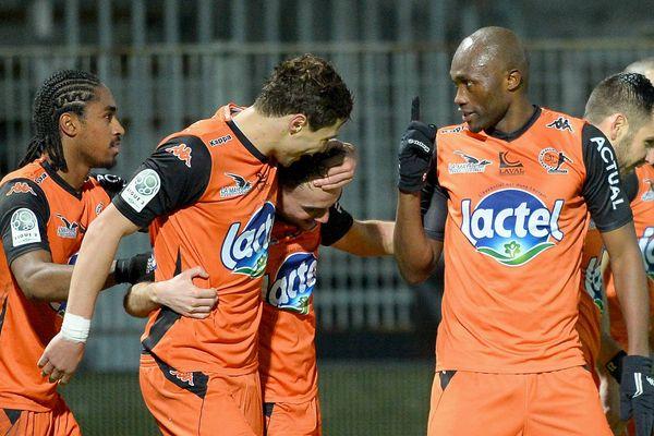 La 18e journée de Ligue 2 de football entre Laval - Valenciennes 2e But de Martin Mimoun et joie de Christian Bekamenga, Wesley Saïd, Selim Ben Djemia