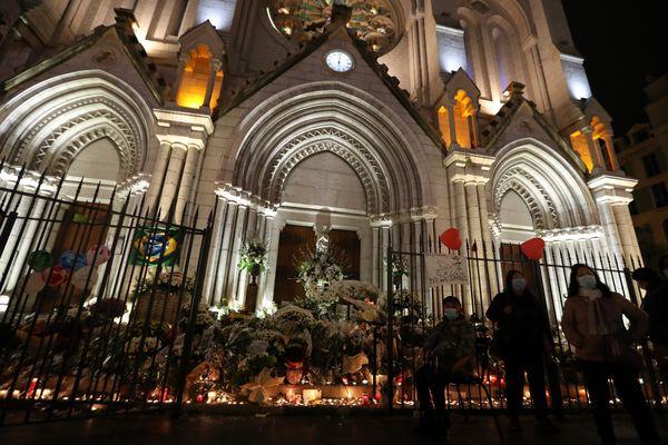 Des centaines de fleurs et des messages ont été déposés devant la basilique Notre-Dame à Nice (Alpes-Maritimes) depuis le jour de l'attentat.