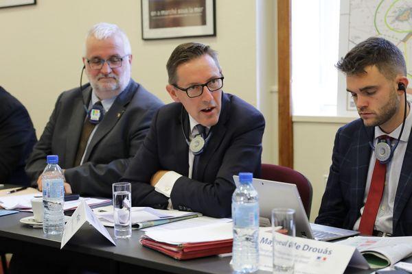 Le Ministre des affaires étrangères de Jersey, Ian Gorst (au centre), entouré de Jean-Marc Julienne, Président de la Maison de la Normandie et de La Manche à Jersey, et Mayeul de Drouâs, chargé de mission mer et littoral à la Préfecture de Région.