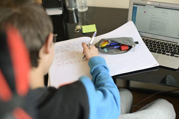 Une quarantaine d'ordinateurs vont être prêtés aux élèves de Bourgoin-Jallieu. (Illustration)
