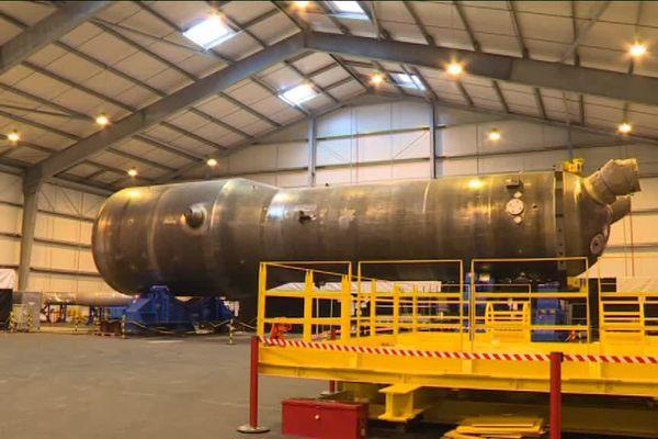 Le générateur de vapeur après extraction du réacteur numéro deux de Paluel (Seine-Maritime).