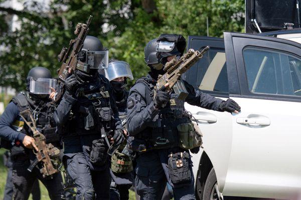 Les gendarmes à la recherche de  l'agresseur d'une policière municipale à La Chapelle-sur-Erdre, près de Nantes, le 28 mai 2021