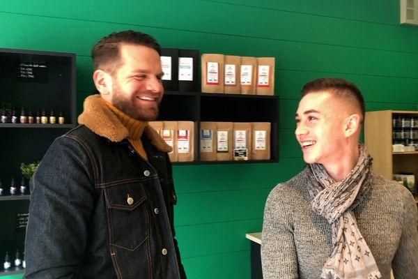 """Le chanteur Keen'v et son danseur Jimmy Ratier dans la boutique """"O'CBD shop"""" à Rouen"""