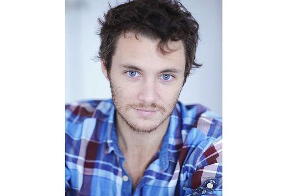 L'enfant recherché doit à peu près ressembler à l'acteur Théo Frilet, brun et yeux bleus, la barbe et la trentaine en moins bien sûr.