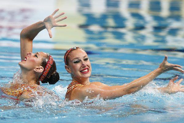 A 23 ans, la nageuse pratique la natation synchronisée depuis l'âge de 8 ans. Elle représentera la France avec sa partenaire Laura Augié (à gauche sur la photo)