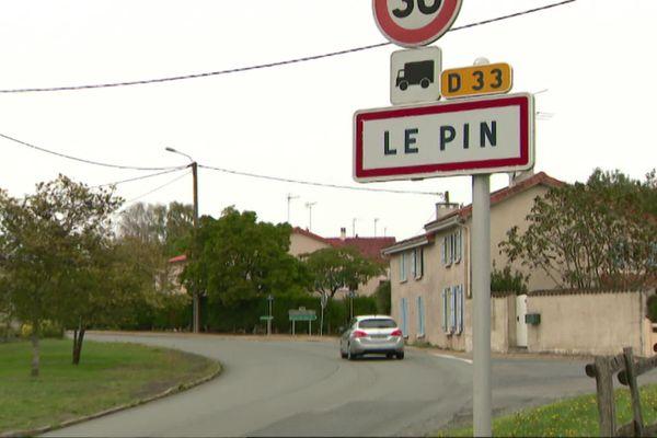 Le Pin est situé au nord des Deux-Sèvres entre Mauléon et Bressuire.