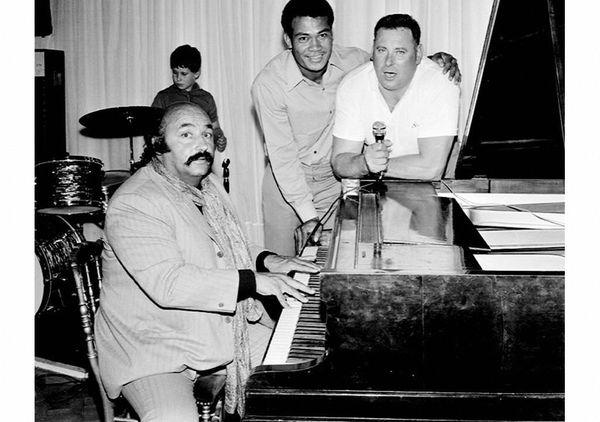 La notoriété de Pierre Colnard lui avait permis de se rapprocher de certains artistes. Ici, en 1970 au piano cabaret Don Camillo, le Haut-Marnais chante auprès de l'auteur compositeur Jean Constantin