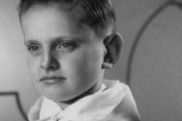 Le tout jeune Joël Robuchon en tenue de communiant