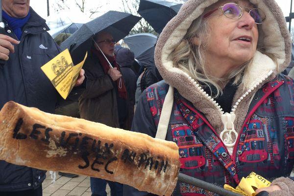 """Il est écrit """"Les vieux au pain sec"""", lors de la manifestation des retraités à Dijon le 15 mars"""