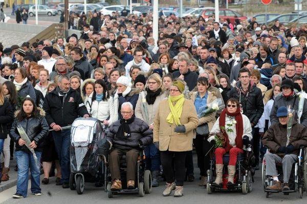Environ 400 personnes ont participé, le 29 novembre 2013, à Berck-sur-Mer (Pas-de-Calais), à une marche blanche en mémoire de la fillette retrouvée morte sur la plage.
