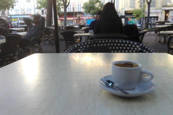 Le premier café du matin, a pour les habitués du quartier, comme un goût de liberté.