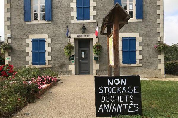 Dans l'Allier, à Saint-Didier-la-Fôret, les opposants au projet de stockage de déchets amiantés montrent leur désaccord.