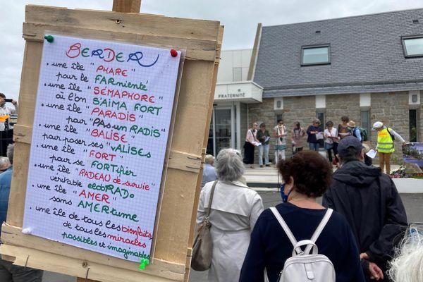 Les opposants au projet immobilier sur l'île Berder s'étaient donné rendez-vous devant la mairie de Larmor-Baden