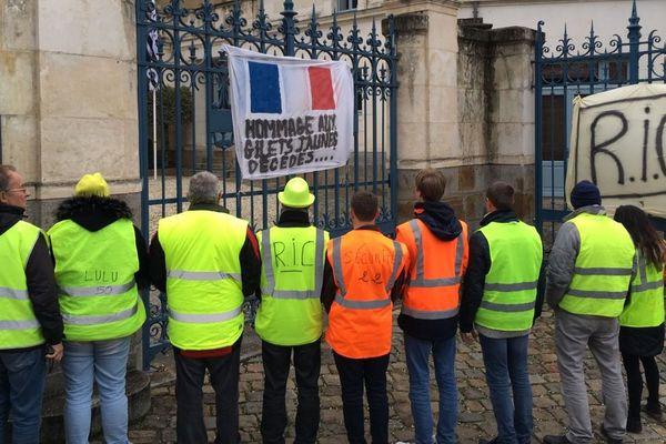 Des Gilets jaunes réunis devant la préfecture de Région rue Martenot à Rennes