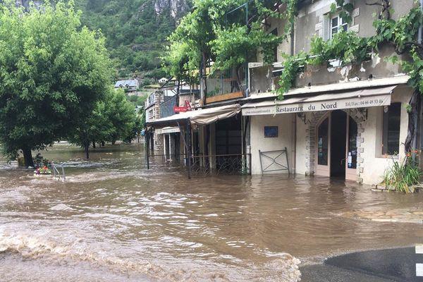 Des commerces inondés par la crue du Tarn à Sainte-Enimie en Lozère - 12/06/2020