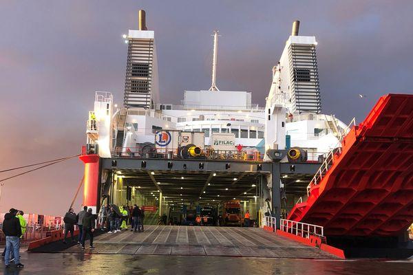 """Le Pascal Paoli est arrivé dans le port de Bastia, dimanche 19 janvier, il contient 84 remorques de """"produits secs"""" et 5 semi-remorques de produits frais."""