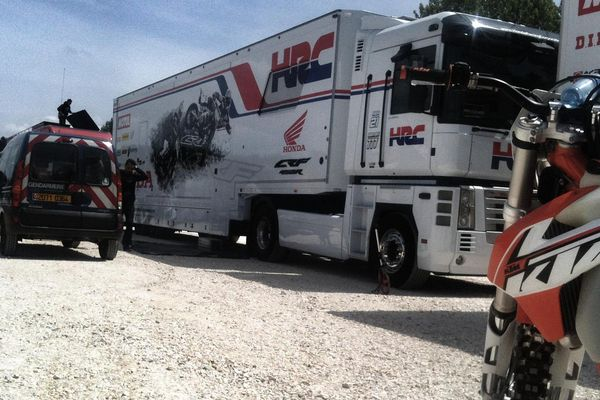 C'est dans ce camion que l'équipe italienne a passé la nuit et où les trois mécaniciens ont respiré du monoxyde de carbone.