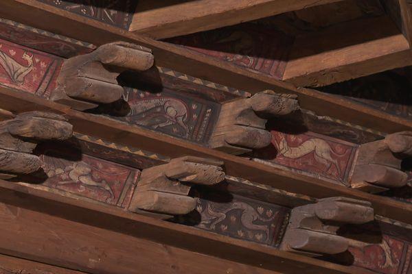 Animaux fantastiques... dans la charpente du cloître de la cathédrale de Fréjus. Peints il y a 700 ans, 300 d'entre eux sont parvenus jusqu'à nous. Certains font l'objet d'une campagne de restauration.