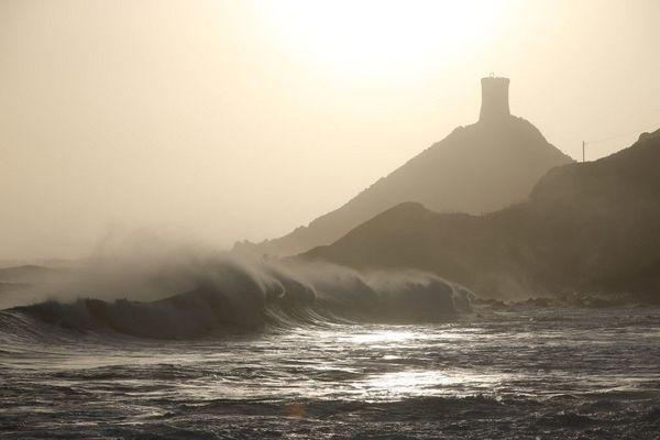 """En Corse-du-Sud la vigilance orange """"vagues-submersion"""" est prolongée jusqu'au lundi 28 décembre, 23 heures."""