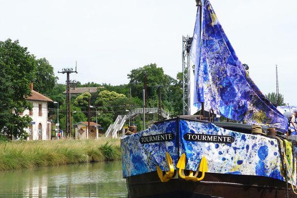 La péniche Tourmente sur le canal du midi pendant le festival Convivencia