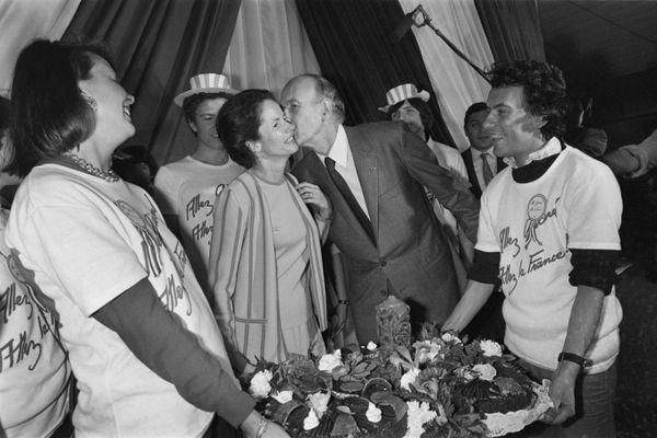 Montpellier - VGE, président sortant, en meeting électoral souhaite les 49 ans de son épouse Anne-Aymone - 10 avril 1981.