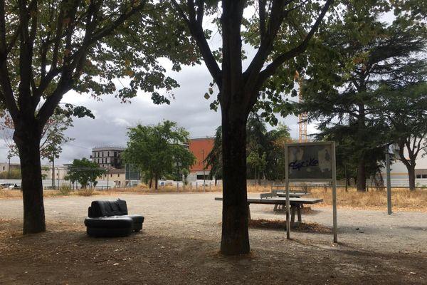 A première vue le quartier des Izards ressemble à un grand chantier, en partie laissé à l'abandon, à l'image de ce canapé en cuir noir, installé en face de bâtiments HLM.