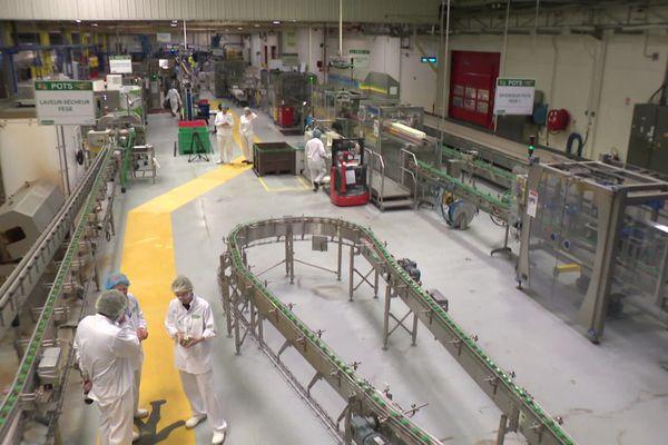 Chaîne de production à l'usine Blédina de Brive créée en 1973.