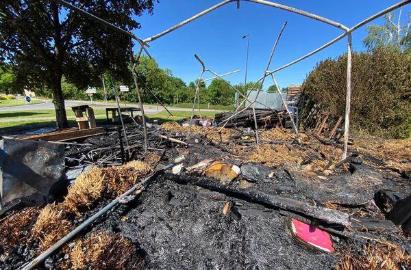 Malgré l'intervention des pompiers le feu a totalement détruit le QG des gilets jaunes ruthénois.