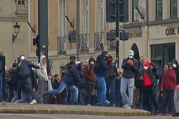 Heurts opposant manifestants aux forces de l'ordre à Nantes