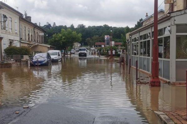 Le centre-ville de Latresne est encore inondé ce vendredi matin.
