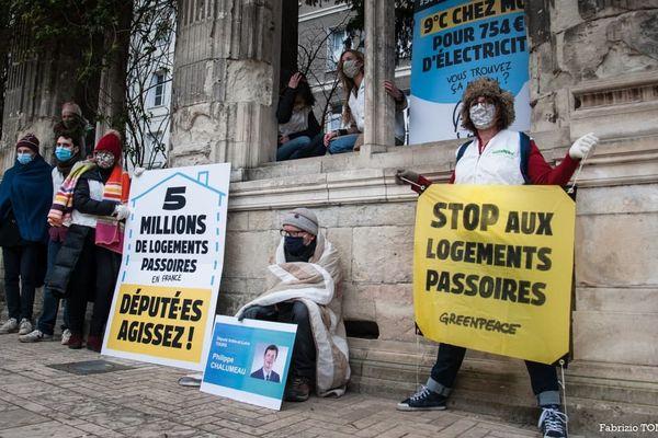 Les militants de GreenPeace devant la permanence du député Philippe Chalumeau, à Tours.
