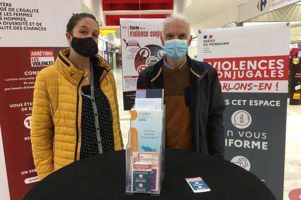 Permanence au centre commercial K2 à Lorient : une bénévole du centre d'information sur les droits des femmes et des familles (CIDFF) et un salarié de Sauvegarde 56.