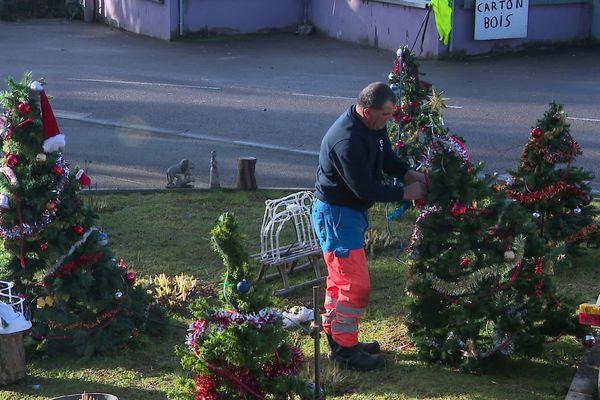 A Chatenois-les-Forges, la déchetterie est décorée pour Noël par son employé. Récup 100% !