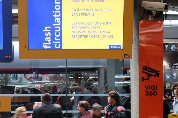 Le troisième jour de la grève inopinée à la SNCF se poursuit. Le RER est surtout touché dans la région.