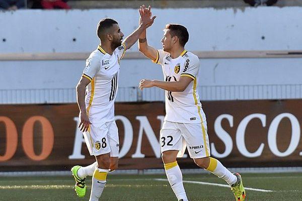 Mounir Obbadi félicite Rony Lopes, buteur lillois de la soirée à Lorient (0-1 pour le LOSC).