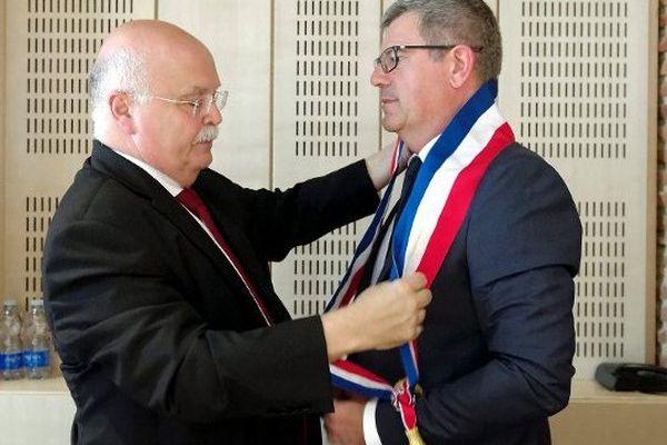 Claude Reynal, l'ancien maire, remet son écharpe au nouveau maire Dominique Fouchier
