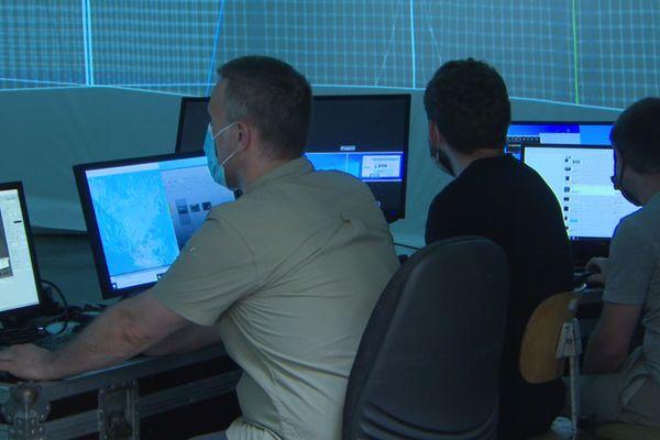 Dans le hangar de M Group, trois techniciens s'affairent dans un vaste dôme géodésique. Cette salle mobile propose des projections vidéo en immersion avec vision à 360 degrés.