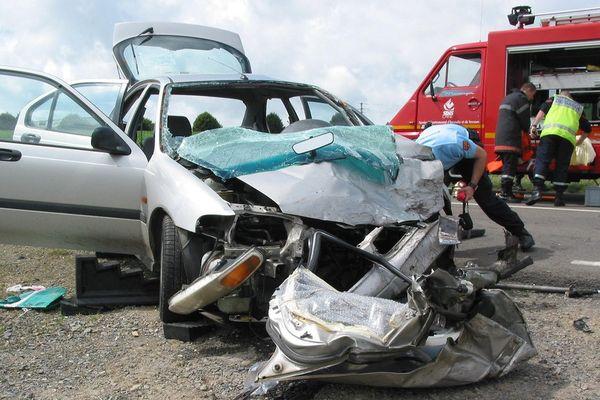 Accident de la route, voiture après un choc frontal à la sortie de Tinchebray en direction de Flers (Orne).