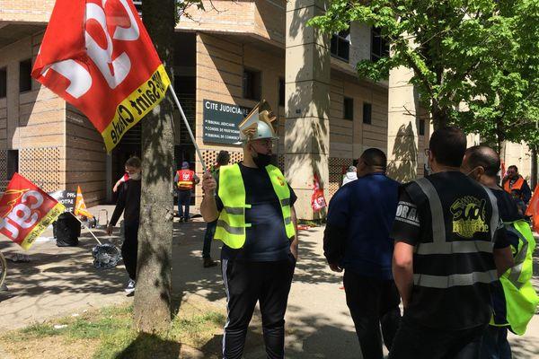 Les salariés de la fonderie MBF Saint-Claude devant le tribunal de commerce de Dijon.