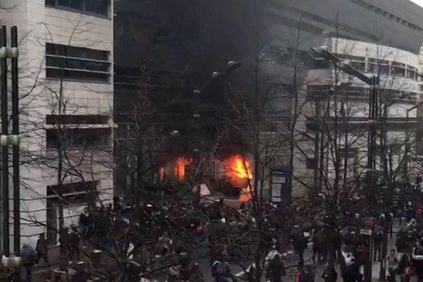 Des flammes devant le lycée Leonard-de-Vinci, à Levallois-Perret.