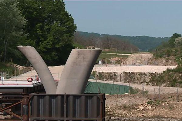 Le chantier de Beynac désormais arrêté, mais les piles du pont sont toujours en place malgré le jugement qui confirme la demande de remise en état des lieux...