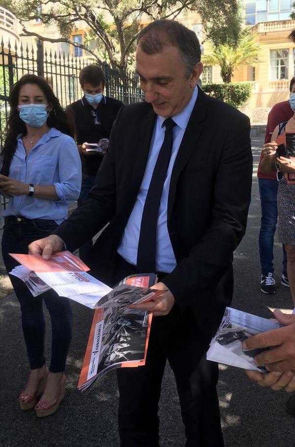 Jean-Christophe Angelini découvre le tract présentant son programme.