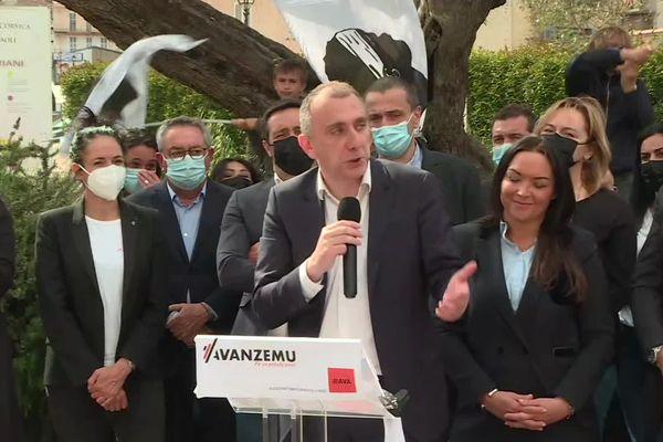 Jean-Christophe Angelini à la tribune pour la présentation de la liste Avanzemu.