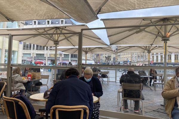 À Grand-Place, en ce jour de déconfinement, la terrasse du café (en premier plan) et celle d'un fast-food (en second plan) font le plein.