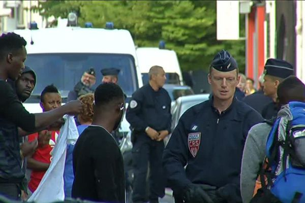 Les policiers français et espagnols ont évacué environ 80 personnes d'après le milieu associatif qui les soutient.