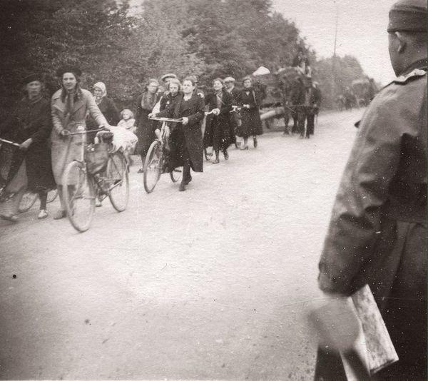 Le retour des réfugiés à Arras après les combats.