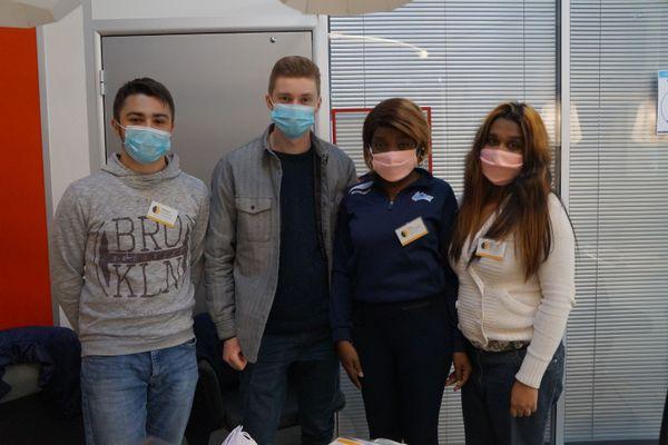 De gauche à droite : Maxime, Matthieu, Oisis et Chandni, tous bénévoles à Horizon d'Avenir.